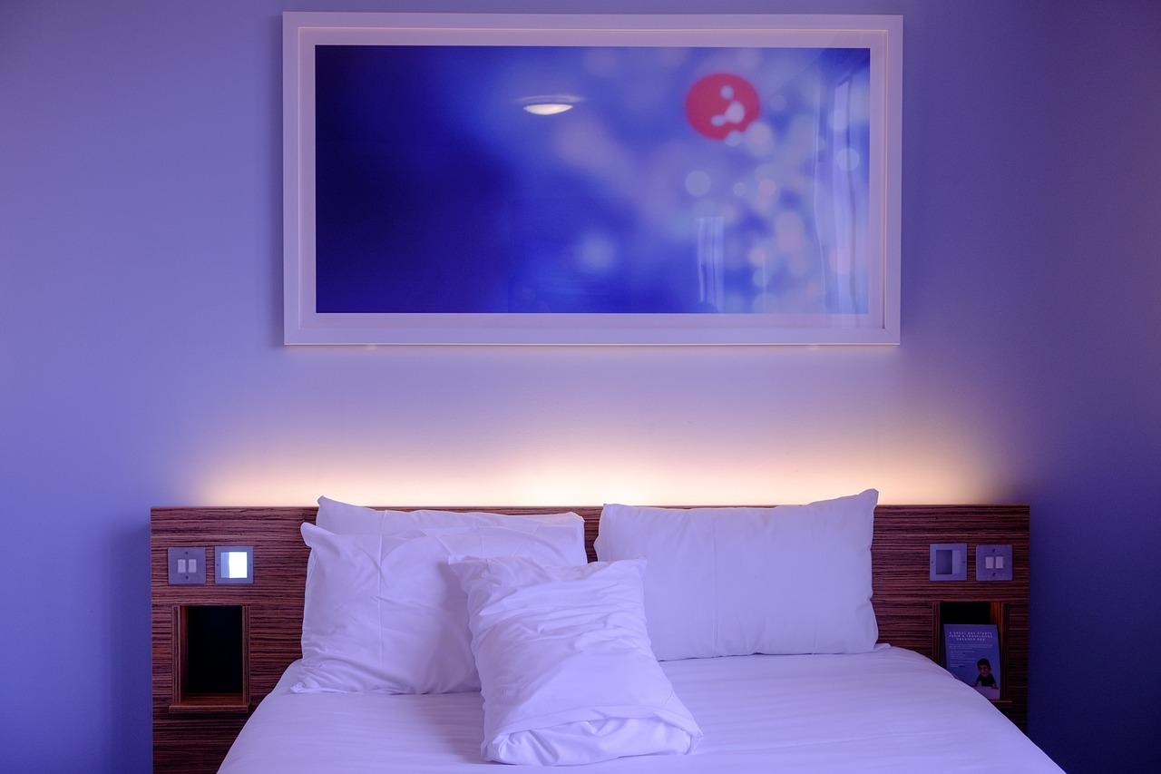Granatowa, beżowa, bugundowa sypialnia