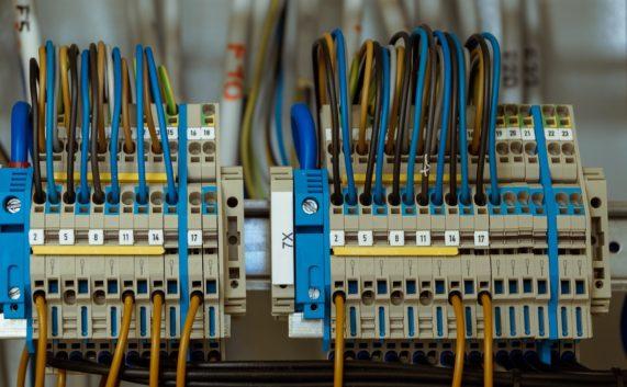 Hurtownia elektryczna – jakie korzyści może przynieść Ci jej wybór?